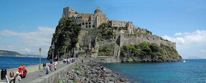 Арагонский замок - местная достопримечательность Искьи — вулканического острова в Тирренском море. Фото: Rolf Cosar/commons.wikimedia.org