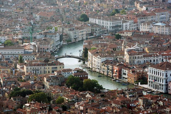 Венеция — город в Северной Италии на побережье Адриатического моря. Известен прежде всего тем, что историческая часть расположена на островах и каналах. Фото: Dan Kitwood/Getty Images
