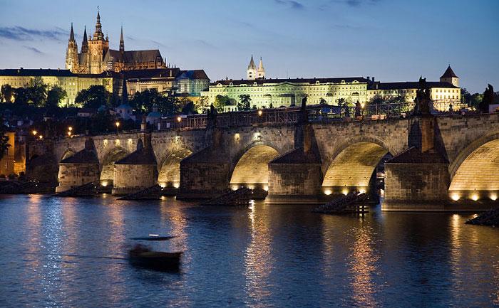 Ночной вид на замок и Карлов мост, Прага, Чешская Республика. Фото: Хорхе Royan/commons.wikimedia.org