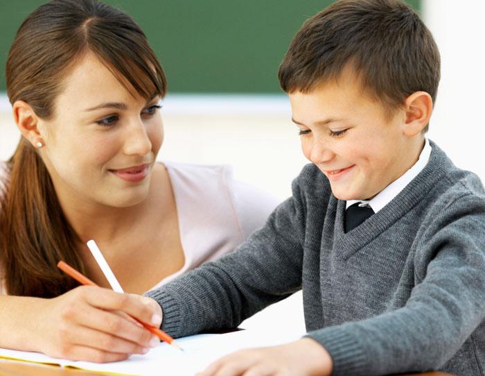 Нравится это родителям, или нет, но в каждом классе есть свои любимчики и аутсайдеры. Фото: Stockbyte/Photos.com