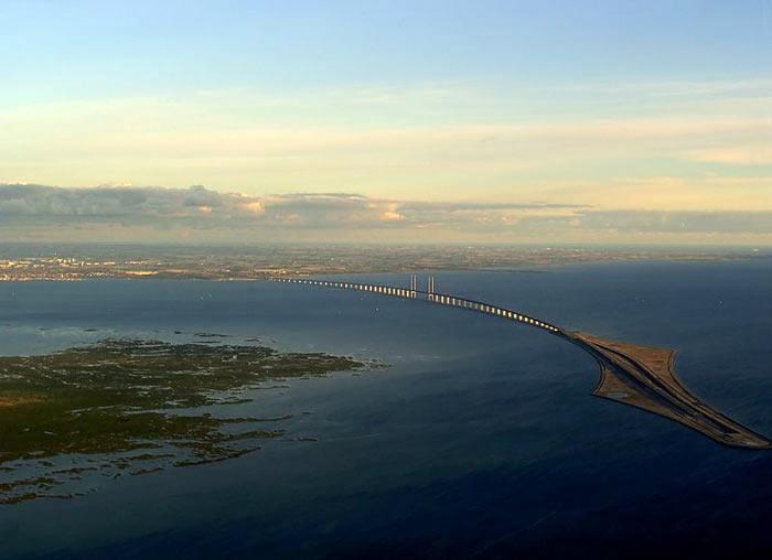 Вид со стороны Копенгагена. Слева — остров Сальтхольм, справа — искусственный остров Пеберхольм. На горизонте виден Мальмё. Фото: Dpol/commons.wikimedia.org