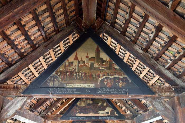 Картины, изображающие исторические сцены, на Капельбрюкке в Люцерне. Фото: MatthiasKabel/commons.wikimedia.org