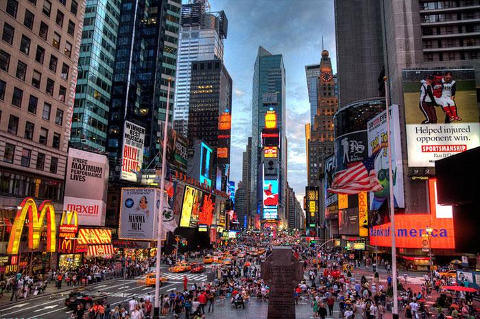 Таймс-сквер (англ. Times Square) — площадь в центральной части Манхэттена в городе Нью-Йорке в США, расположенная на пересечении Бродвея и Седьмой авеню в промежутке между 42-й и 47-й улицами. Фото: Terabass/commons.wikimedia.org