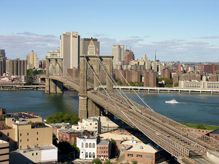 Бруклинский мост — один из старейших висячих мостов в США, его длина составляет 1825 метров, он пересекает пролив Ист-Ривер и соединяет Бруклин и Манхэттен в городе Нью-Йорк. Фото: Jeffrey Bary/commons.wikimedia.org