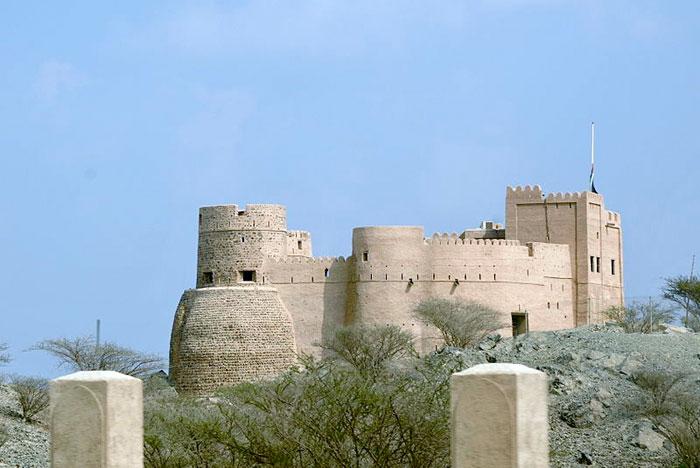 Форт Фуджейры - огромный замок, построенный во времена правления Шейха Mohammad Bin Matter Al Sharqi, состоит из 3-х основных частей и нескольких залов и башен вокруг Старого города, образуя таким образом Город Наследия. Фото: Stzeman/commons.wikimedia.org