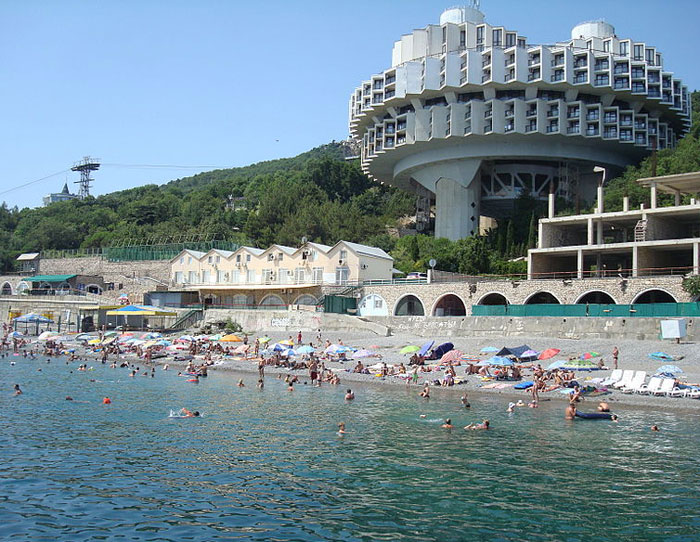 Санаторий «Курпаты», находится неподалеку от центра г. Ялта (8 км), вблизи поселка Гаспра, на черноморском побережье. Фото: Димант/commons.wikimedia.org