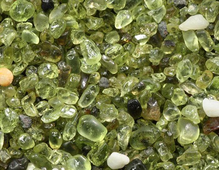 Зелёный песок представляет собой мельчайшие кристаллики хризолита, именуемым также оливин. Фото: jonny-mt/commons.wikimedia.org