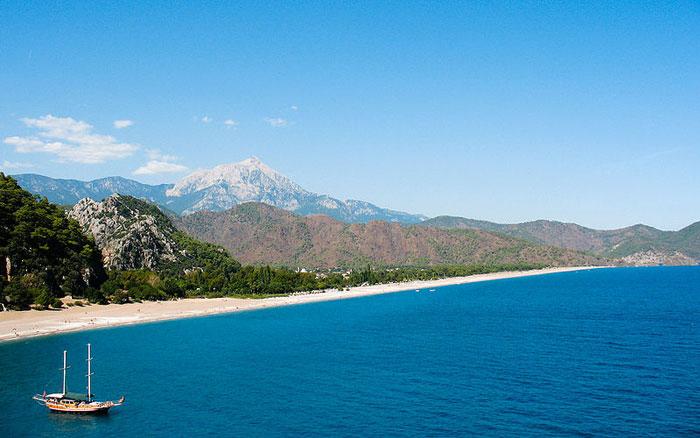 Пляж Олимпос входит в список самых чистых пляжей Мира, и тянется почти на 4 километра от поселка Олимпос до Чиралы. Фото: Alex Graves/сommons.wikimedia.org