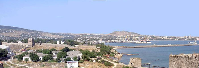 Панорама курортного города и морского порта Феодосии, юго-восточное побережье Крыма, Украина. Фото: Janmad/commons.wikimedia.org