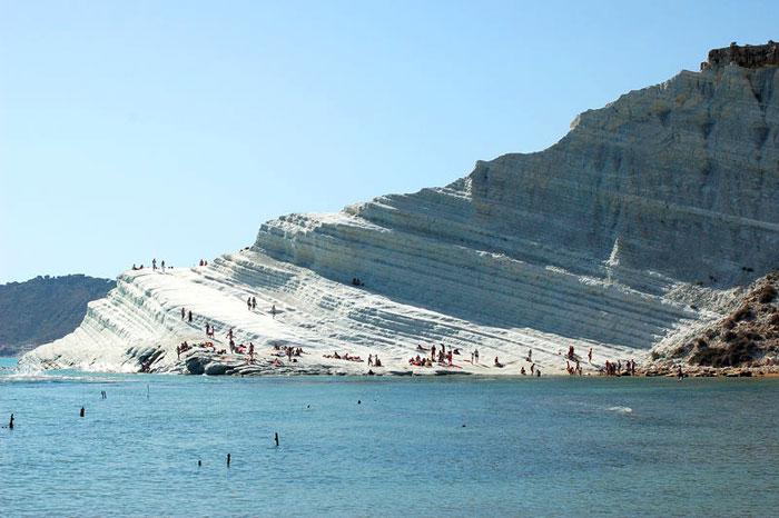 Каменные выступы на южном побережье Сицилии. Фото: Vegafi/commons.wikimedia.org
