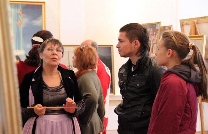 Посетители слушают гида на выставке «Истина, Доброта, Терпение». Фото: Кирилл Белан/Великая Эпоха (The Epoch Times)