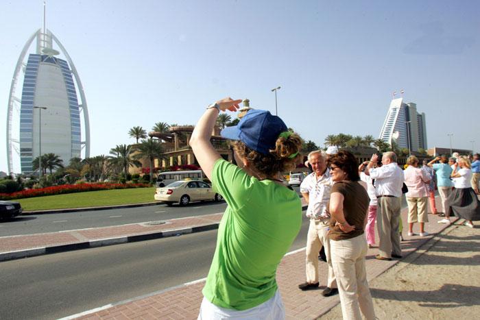 Европейские туристы снимают отель Бурдж аль-Араб, Дубай, ОАЭ. фото: RABIH MOGHRABI/AFP/Getty Images