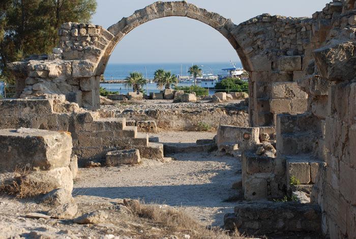 Замок Саранта Колонес, Пафос, Кипр. фото: ezinigami/Photos.com