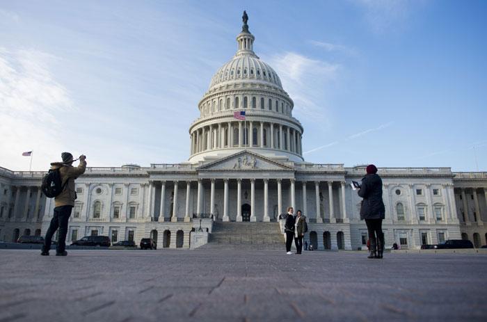 Туристы фотографируются на фоне здания Конгресса США. фото: SAUL LOEB/AFP/Getty Images