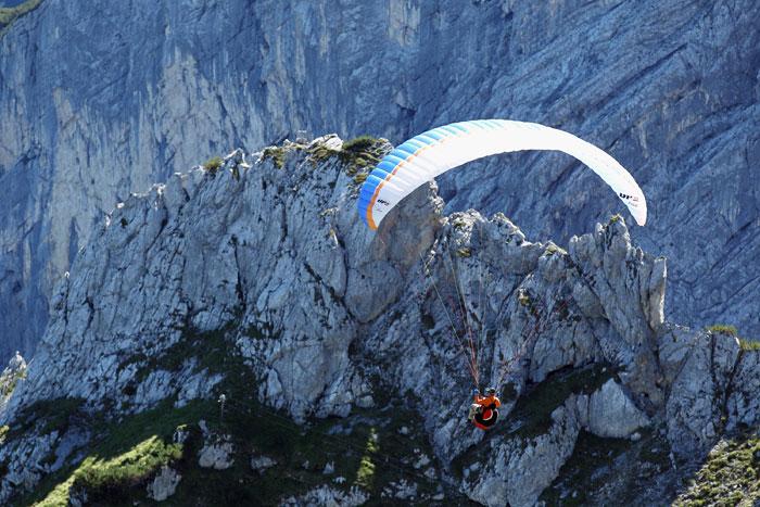 Полет на параплане в Альпах. Фото: Johannes Simon/Getty Images