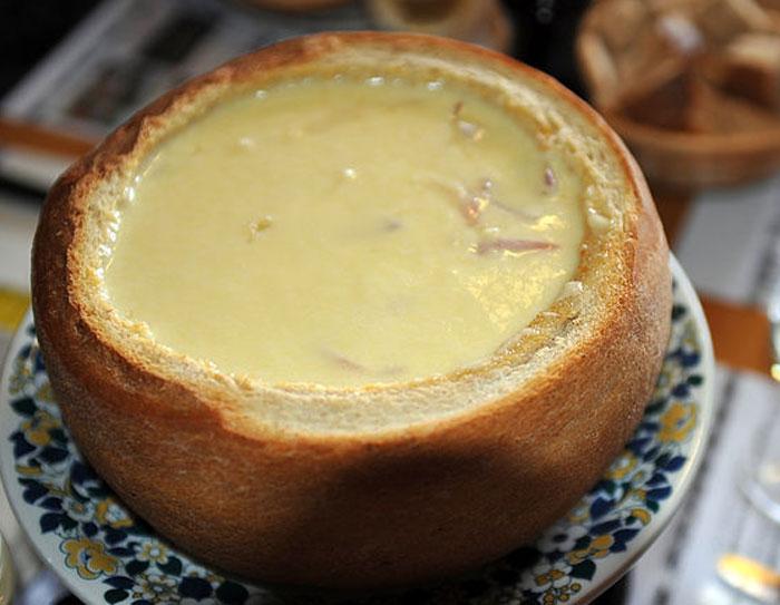 Cырное фондю в хлебе. Фото: Хрюша/commons.wikimedia.org