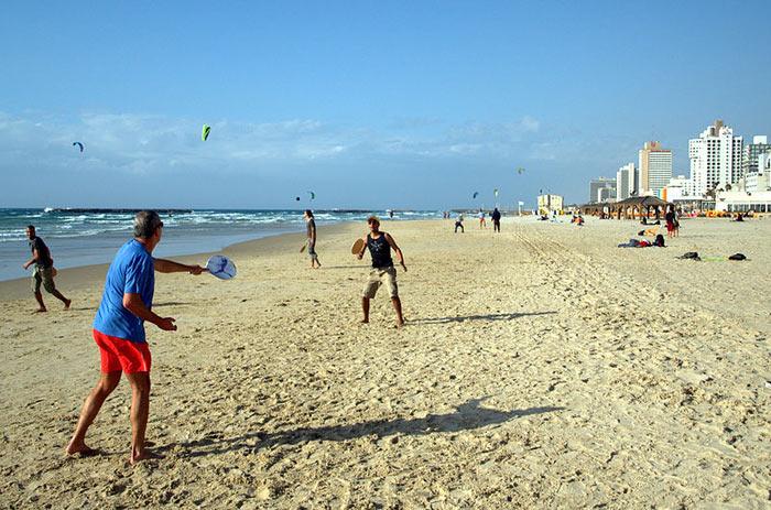 Маткот на пляже Тель-Авива. Маткот — игровой ракеточный вид спорта на открытом воздухе (разновидность пляжного тенниса). Фото: David Shankbone/commons.wikimedia.org