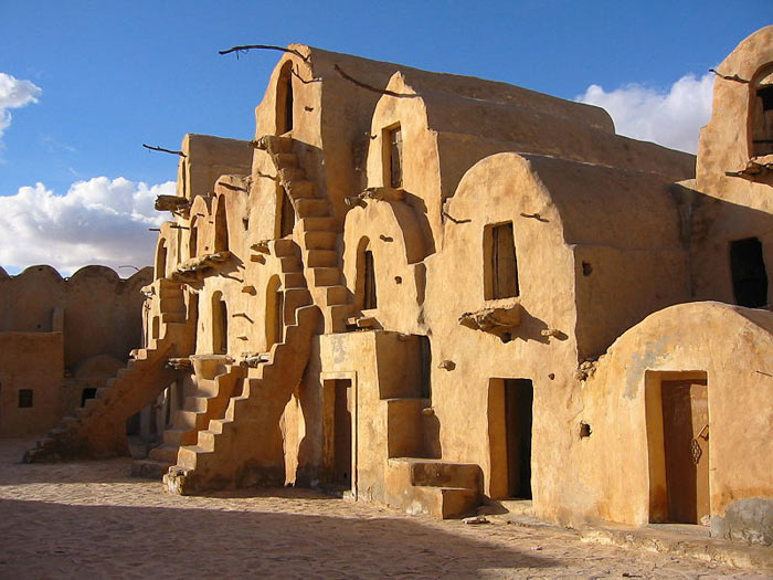 Глинобитные строения со множеством ниш в Татауине, Тунис. Фото: Ian Sewell/commons.wikimedia.org