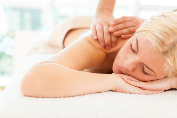 Многие природные ресурсы и методики, используемые в СПА, обладают и косметическим, и оздоровительным действием, как, например, массаж. Фото:  StockRocket/Photos.com