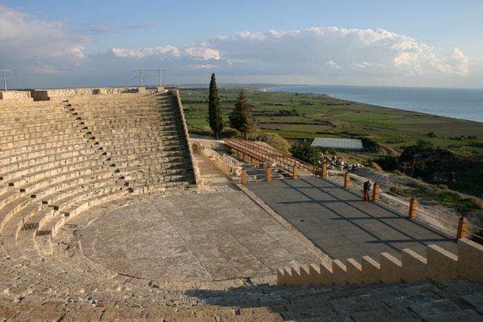 Театр в Курионе — античный театр, одна из главных достопримечательностей среди   сохранившихся развалин греческого города Курион. Фото: Styve Reineck/Photos.com