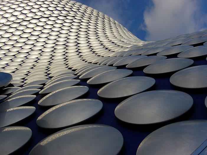 Титановые диски на стенах здания торгового центра Selfridges в Бирмингеме, Англия. Фото:   Mcginnly/commons.wikimedia.org