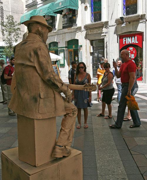 Туристы путешествуют по улицам недалеко от площади Пуэрта-дель-Соль в Мадриде, Испания. Фото: Bruce Bennett/Getty Images