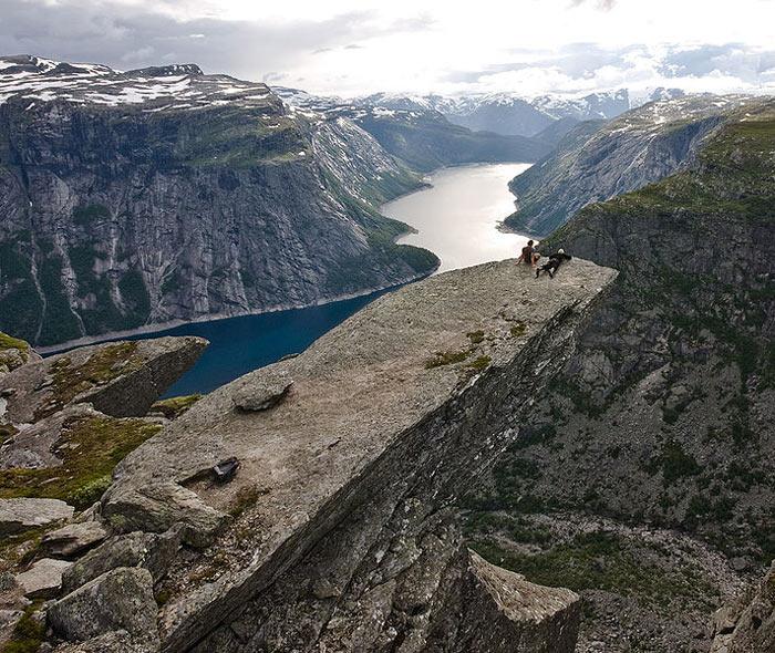 Язык Тролля- каменный выступ на горе Скьеггедаль, Норвегия. Фото: TerjeN/commons.wikimedia.org
