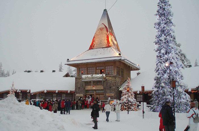 Деревня Санта-Клауса, или Деревня Йоулупукки — парк развлечений в Финляндии, посвящённый Рождественскому Деду, которого в Финляндии называют Йоулупукки, а в англоязычных странах — Санта-Клаус. Расположен неподалёку от города Рованиеми в провинции Лапландия. Фото: Ulla/commons.wikimedia.org
