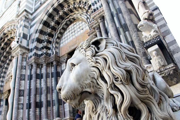 Собор Сан Лоренцо, восстановленный в романском стиле в течение 12-ого столетия. По бокам здания размещены два каменных льва и статуя Сан Джованни, Генуя, Италия. Фото: Vittorio Zunino Celotto/Getty Images