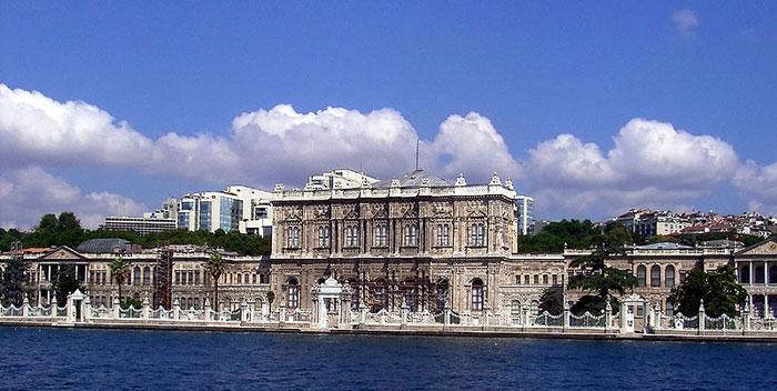 Дворец Долмабахче — вид со стороны Босфорa. Фото: Robert.raderschatt/commons.wikimedia.org