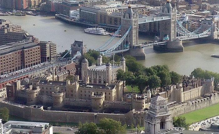 Лондонский Тауэр — крепость, стоящая на северном берегу Темзы, — исторический центр Лондона и одно из старейших сооружений Англии. Фото: Wjfox2005/commons.wikimedia.org