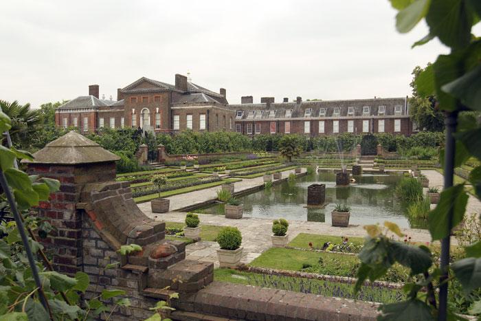 Кенсингтонский дворец — небольшой и нарочито скромный дворец в западной части Лондона. Фото: Oli Scarff/Getty Images