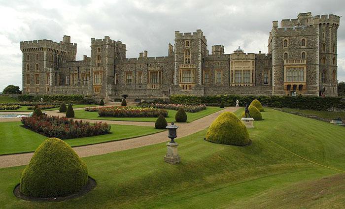 Виндзорский замок — резиденция британских монархов в городе Виндзор, графство Беркшир, Англия. Фото: David Watterson/commons.wikimedia.org
