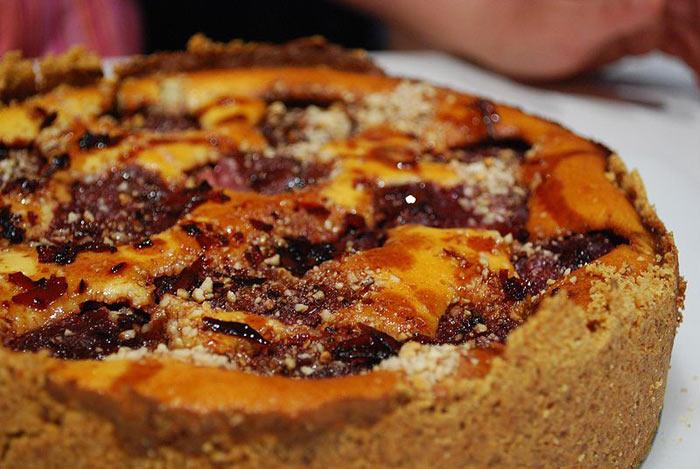 Чизкейк — блюдо европейской и американской кухни, представляющее собой сыросодержащий десерт от творожной запеканки до пирожного суфле. фото: Alpha/commons.wikimedia.org