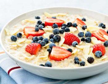 Овсяная каша со свежими ягодами - любимый завтрак англичан. Фото: Elena Elisseeva/Photos.com