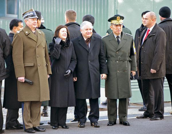 Президент Польши Лех Качиньский (2-ой справа), его жена Мария Качиньская  (2-ая слева), генерал Фрэнкисзек Гэгор (слева) – главнокомандующий Общим штабом  польских Вооруженных сил. Фото: KIM JAE-HWAN/AFP/Getty Images