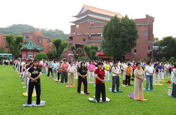 Групповое выполнение упражнений Фалуньгун перед Молодежным центром Чентань. Фото: Великая Эпоха