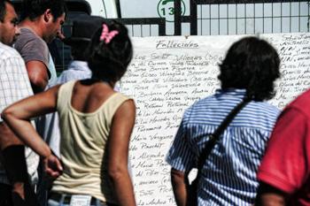 Чили.Списки погибших. Фото:MARTIN BERNETTI/AFP/Getty Images