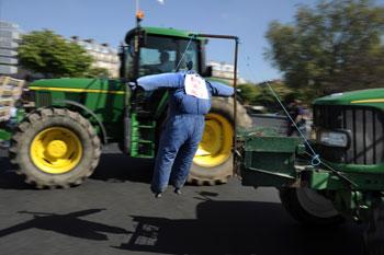 Французские фермеры митингуют в Париже на тракторах.Фото: FRED DUFOUR /Getty Images