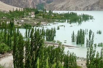 По последним данным, число погибших в результате наводнения в Пакистане составляет 1500 человек, помощи ожидают более 27 тысяч пакистанцев. Фото с funkys.ru