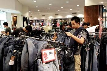Покупатели приобретают одежду в магазине розничной продажи 26 декабря 2010г. в Сиднее, Австралия. Фото: Брендон Торн /Getty Images