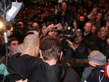 Фокусник спущен вниз и его приветствуют собравшиеся. Фото: Яира Ясмин (Epoch Times Israel)