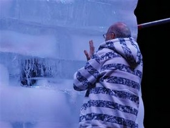 Маг Хэзи провел 64 часа в ледяном кубе, чтобы побить рекорд Давида Блайна. Фото: Яира Ясмин /Epoch Times, Israel