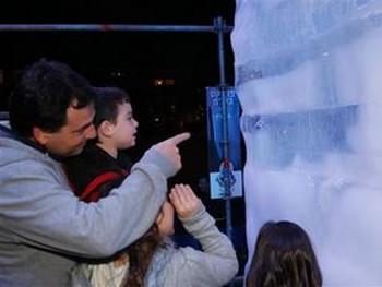 Взрослые и дети пришли пожелать ему удачи. Фото: Яира Ясмин /Epoch Times, Israel