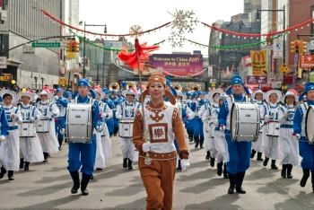 Китайский новогодний парад: последователи Фалуньгун шествуют 12 февраля  по Мэйн-Стрит во Флашинге в Нью-Йорке. Фото: Джошуа Филипп /Великая Эпоха