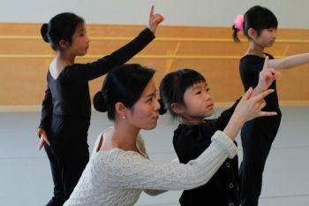 Сесилия Сюн на репетиции с маленькими ученицами в академии искусств Фэй Тянь Калифорния, которая открывается 1 марта 2010 г. Фото: Цзян Кай /Великая Эпоха