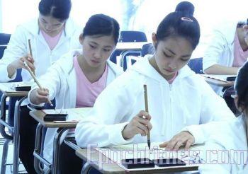 Учащиеся занимаются каллиграфией в Академии искусств Фей Тянь в Калифорнии. Фото: Великая Эпоха