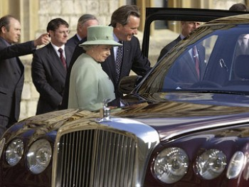 Елизавета II рядом со своим лимузином Bentley. Фото с classics.com