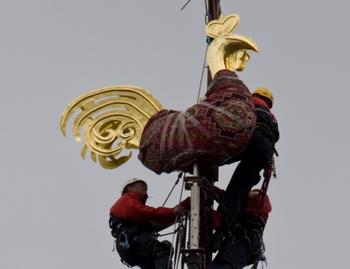 В разгар ненастья молния ударила в позолоченного петуха на верхушке Домского собора. Фото с mixnews.lv