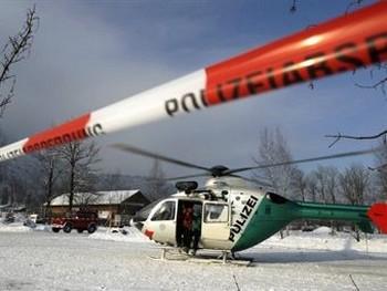 олицейский вертолет, задействованный для спасения пассажиров канатной дороги Brauneck